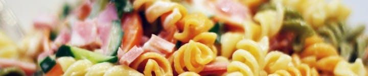 マカロニサラダは高カロリー・高糖質。工夫次第で華やかおかずに大変身!
