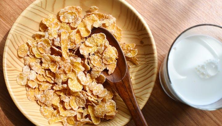 コーンフレークのカロリー・糖質を解説。管理栄養士がすすめる食べ方のポイントとは